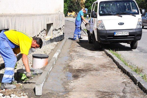 Oprava chodníka potrvá do polovice augusta.