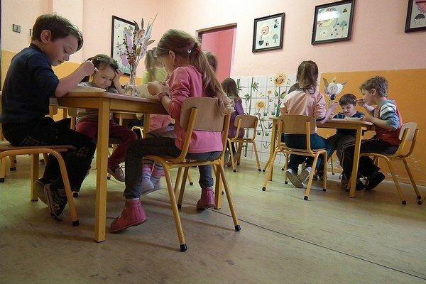 Výmenu linolea v materskej škole nariadili hygienici.