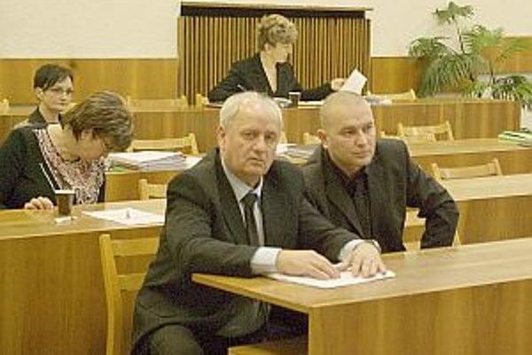 Odchádzajúci a nový náčelník. Jozef Vaneček (vľavo) požiadal o ukončenie pracovného pomeru. Nahradí ho 41-ročný Juraj Lieskovský.