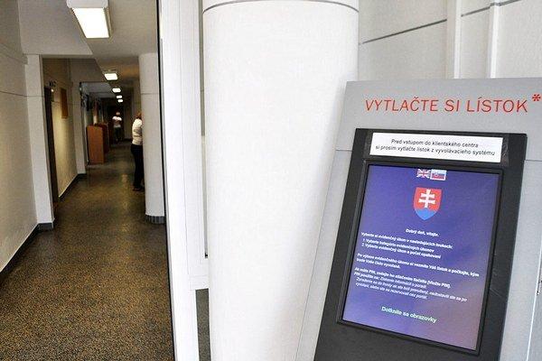 Pri vstupe do klientskeho centra s nachádza vyvolávací systém.