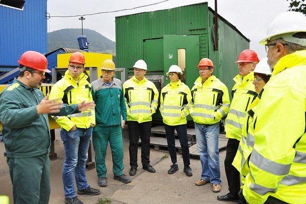 Výkonný riaditeľ OFZ Branislav Klocok (vľavo) vysvetľuje starostom, ako linka pracuje