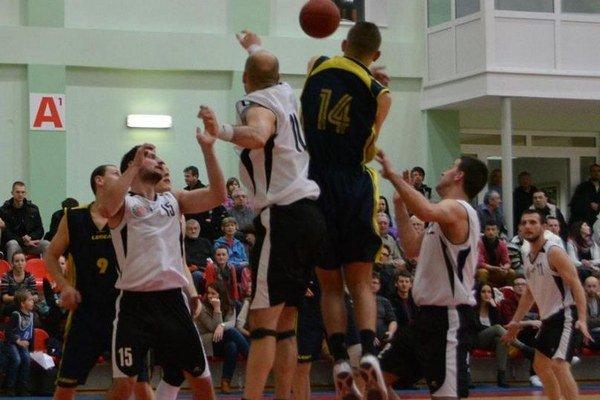 Oravskí basketbalisti (v bielych dresoch) mali pomalší rozbeh, ale skvelý záver.