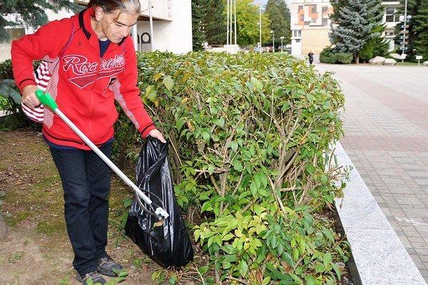 Aktivační pracovníci čistia ulice mesta každý deň.
