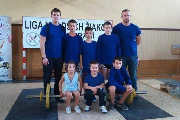 Úspešné mladého družstvo vzpieračov z Bobrova.