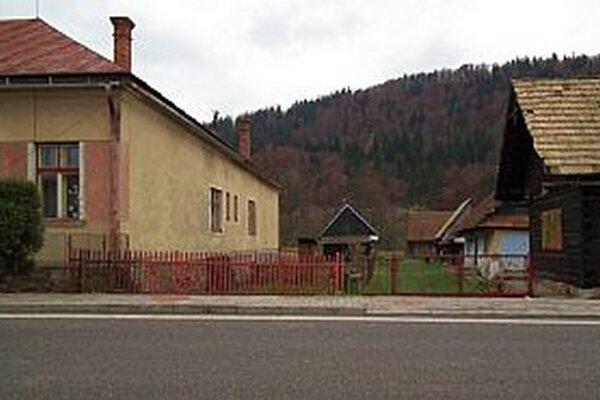 K novej ulici povedie cesta medzi bývalou škôlkou (vľavo) adrevenicou.