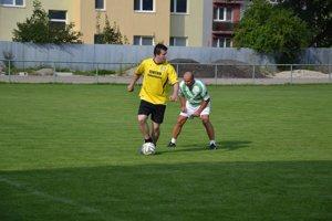 Starí páni Ladiec ( žltom) sa stretli s bývalými hráčmi Ladiec.