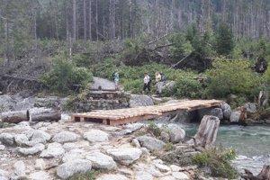 Provizórny mostík v Malej Studenej doline je už hotový