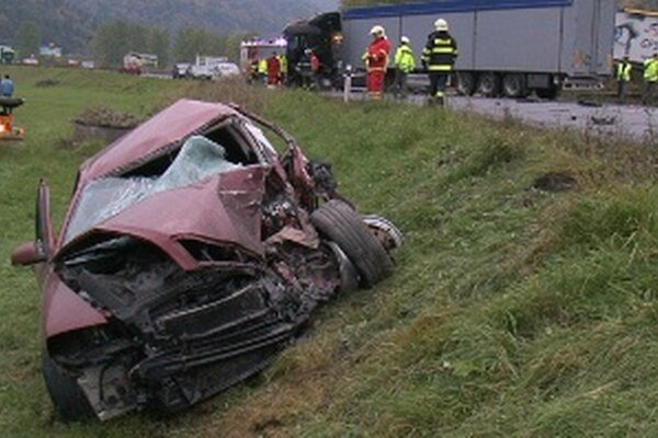 Zdemolovaná Octavia skončila mimo cesty, otec štyroch detí nehodu neprežil.