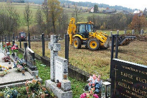 Práce na cintoríne sú v plnom prúde.