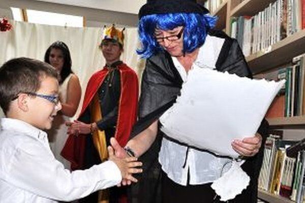 Zástupca prvákov preberá Listinu o členstve v školskej knižnici.