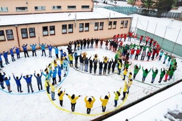 Olympijský symbol na školskom dvore.