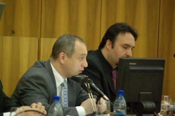 Primátor Janas (vľavo) sa k hodnoteniu vyjadril kriticky na zasadnutí zastupiteľstva. Mimovládna organizácia obhajuje postup.