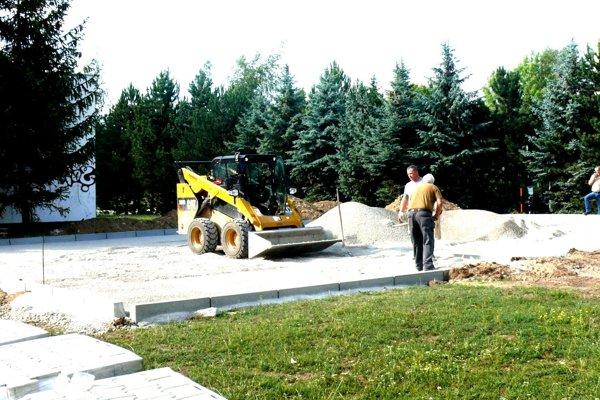 S výstavbou parkoviska na Ľadovni sa už finišuje.