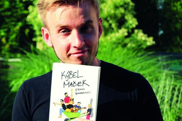 Spevák Tomáš Billik s knižkou o jeho kapele Kýbel mačiek.