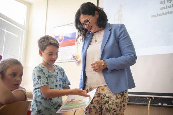 Ministerka školstva, vedy, výskumu a športu SR Martina Lubyová počas vyučovacej hodiny medzi žiakmi.