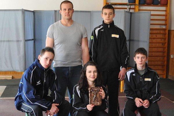 Horný rad zľava Ondrej Kružel, Tomáš Romaňák, dolný rad zľava Jakub Čiernik, Eliška Fernezová a Vladimír Škapec.