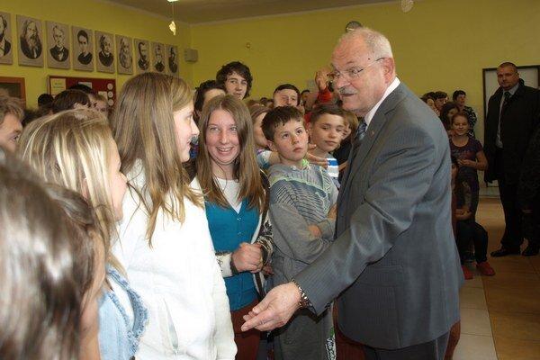 Ivan Gašparovič so žiakmi v Trstenej.