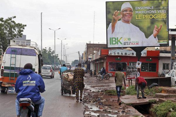 Obyvatelia Mali rozhodujú, či zvolia súčasnú hlavu štátu Ibrahima Boubacara Keitu.