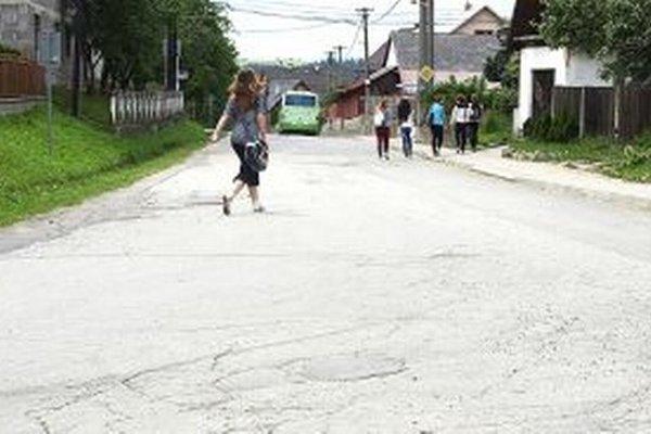 Nový koberec pôjde aj na cestu z centra dediny k základnej škole.