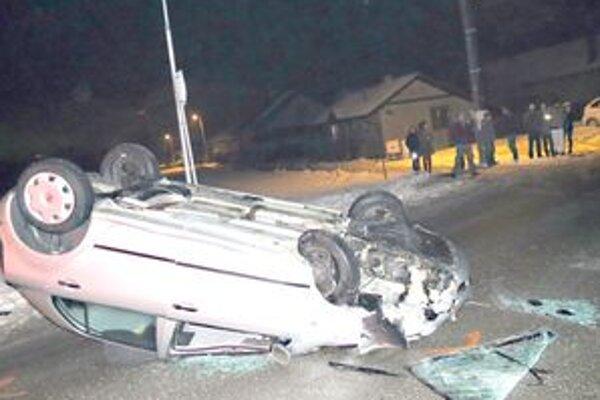 Rýchla jazda spôsobila, že auto nakoniec skončilo na streche.