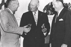 Vtedajší americký prezident Dwight D. Eisenhower (v strede) poveruje ako prvého riadením NASA T. Keitha Glenna (vpravo) a jeho zástupcu Higha L. Drydena.