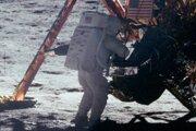 Prví ľudia sa na povrch mesiaca dostali 20. júla 1969 v rámci misie Apollo 11. Na zábere je Neil Armstrong, ktorý sa mesačného povrchu dotkol ako prvý. Je to jedna z jeho mála fotografií, pretože väčšinu času držal fotoaparát práve Armstrong.