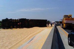 Kamión včera zablokoval diaľnicu na päť hodín.