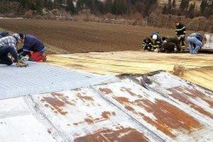 Muži v decembri poškodenú strechu prekryli lepenkou a latami.