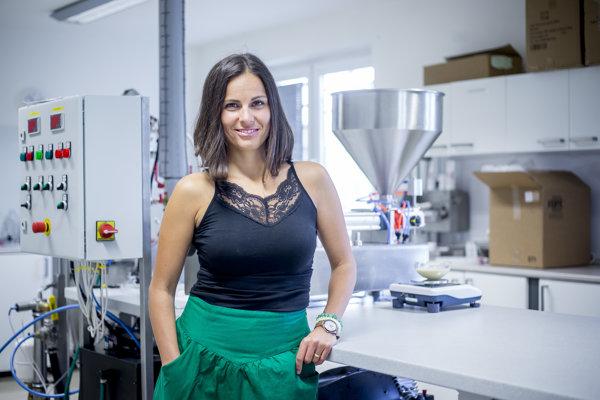 Lucia Klebercová vo výrobni kozmetiky Dulcia
