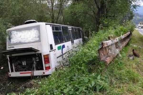 Autobus skončil v kroví na brehu Oravy.