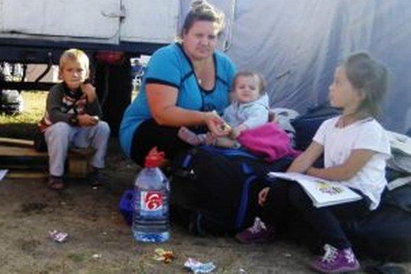 Pred vojnou utekajú celé rodiny.