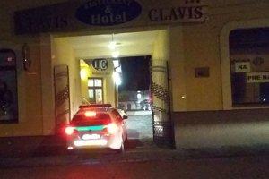 Pred hotelom Clavis.