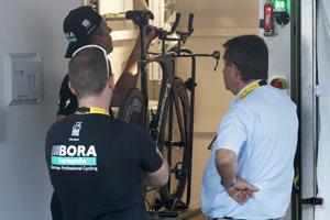 Predstaviteľ Medzinárodnej cyklistickej únie (UIC) kontroluje bicykel z tímu Bora-HansGrohe a hľadá mechanický doping po 3. etape.