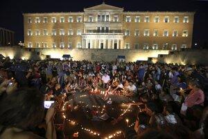 Gréci sa v pondelok večer v Aténach zišli pred budovou parlamentu.