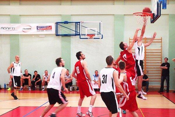 Dolnokubínski basketbalisti (v bielom) zaznamenali víťazný návrat po piatich rokoch.