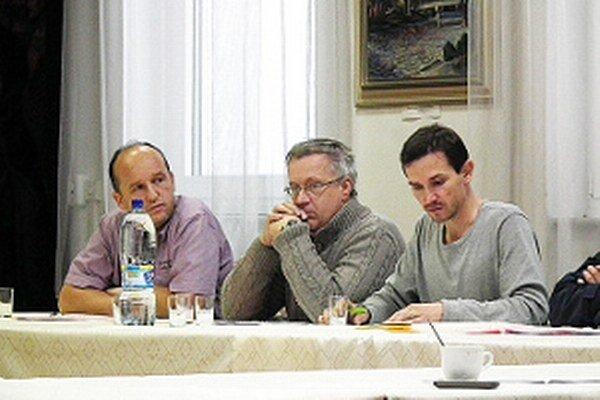 Rokovanie mestského zastupiteľstva. Pre Petra Boleka (v strede) aj Rastislava Zanovita (vpravo) zrejme posledné. V novembrových voľbách už za poslancov nekandidujú.