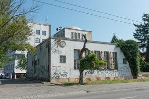 Napriek rokom chátrania sa na budove zachovali zaujímavé architektonické prvky.