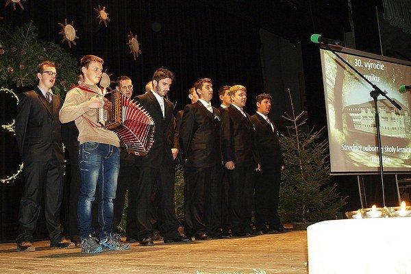 Škola má aj štvorročné odbory. Maturanti na oslavách zaspievali Gaudeamus.
