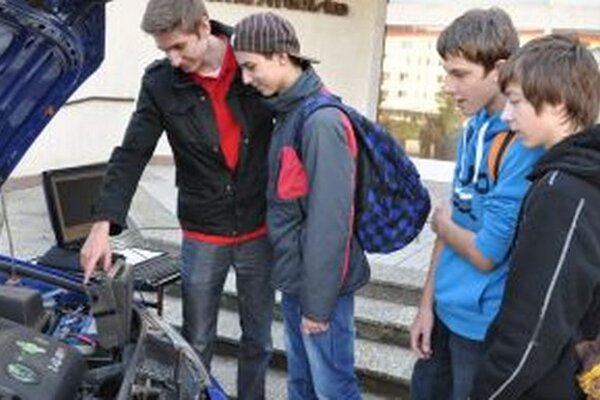 Chlapcov láka spojenie počítačov a motorov.