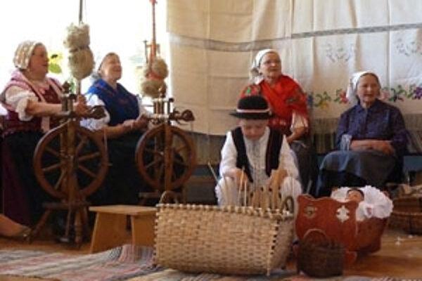 Členovia Klubu dôchodcov spolu s vnúčatami ukázali, ako sa žilo kedysi.