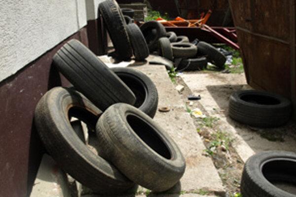 Zatiaľ ľudia vozia železo a pneumatiky za úrad.