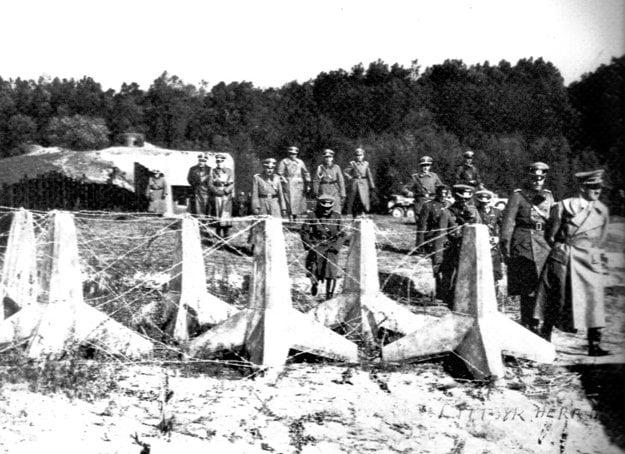 Adolf Hitler (vpravo) počas inšpekcie vojenského bunkru BS 8 Hřbitov v Petržalke 25.októbra 1938.
