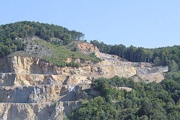 Ťažba v lome pri Belušských Slatinách sa má rozšíriť. Medzi obyvateľmi sa zdvihla vlna nevôle.