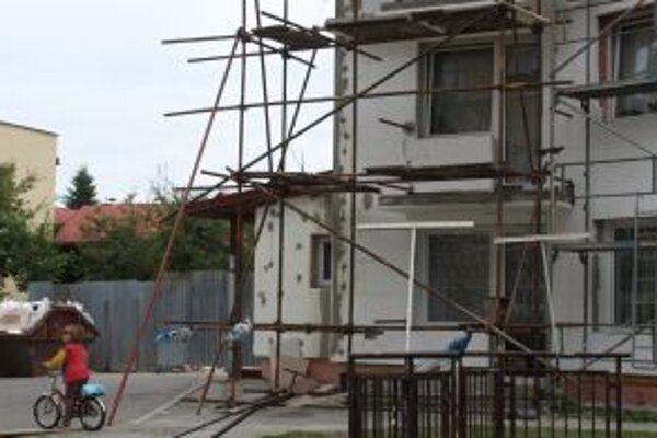 Byty majú nové balkóny, bytovka bude čoskoro aj zateplená.