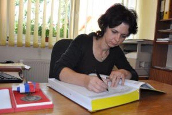 Matrikárka Viera Boleková sa stará o sobášnu knihu.