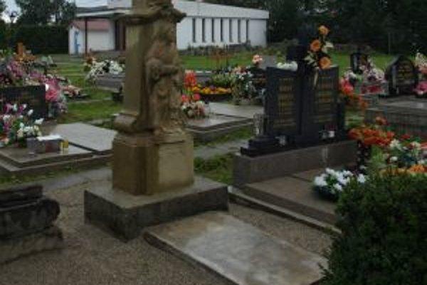 Opravený kríž, v Deň pamiatky zosnulých sa pri ňom každoročne koná svätá omša