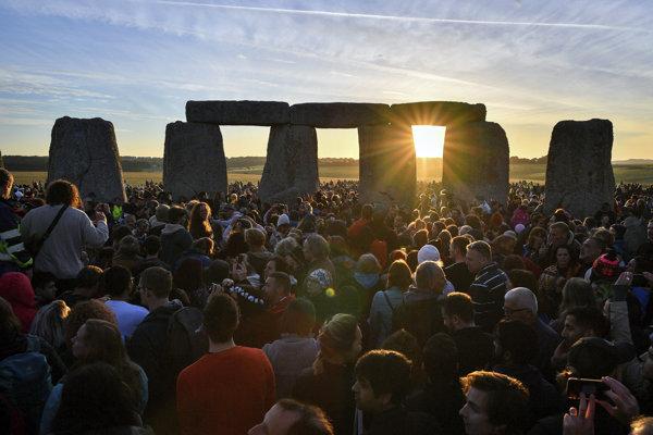 Ľudia sa účastnia na tradičných oslavách letného slnovratu v starovekom megalitickom komplexe Stonehenge.