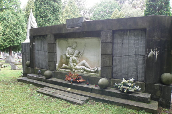 Pamätník obetiam prvej svetovej vojny na handlovskom cintoríne.