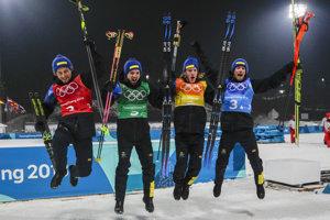 Švédsky biatlonista Peppe Femling (vľavo) sa raduje s tímovými kolegami zo zisku zlata v štafete mužov na ZOH v Pjongčangu.