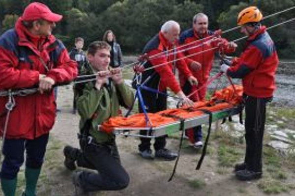 Horskí záchranári nacvičujú transport zranených osôb.